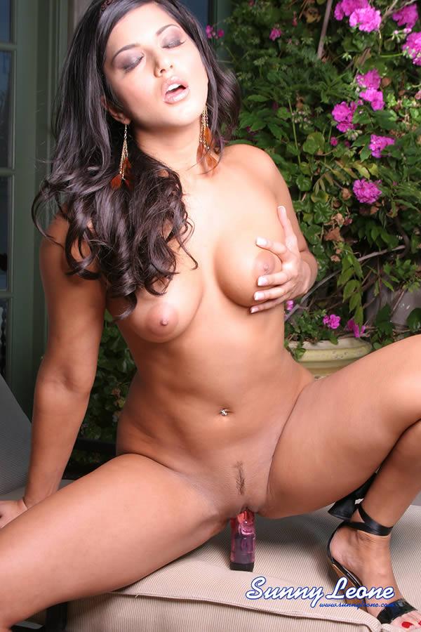 sunny leone totally nude